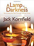 Portada de A LAMP IN THE DARKNESS: ILLUMINATING THE PATH THROUGH DIFFICULT TIMES BY JACK KORNFIELD (2014-03-26)