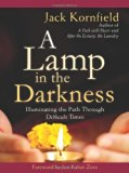 Portada de A LAMP IN THE DARKNESS: ILLUMINATING THE PATH THROUGH DIFFICULT TIMES BY JACK KORNFIELD (2011-08-28)